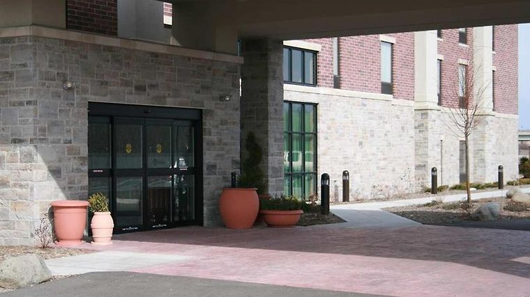 Hampton Inn & Suites Grafton Exterior Front Entrance
